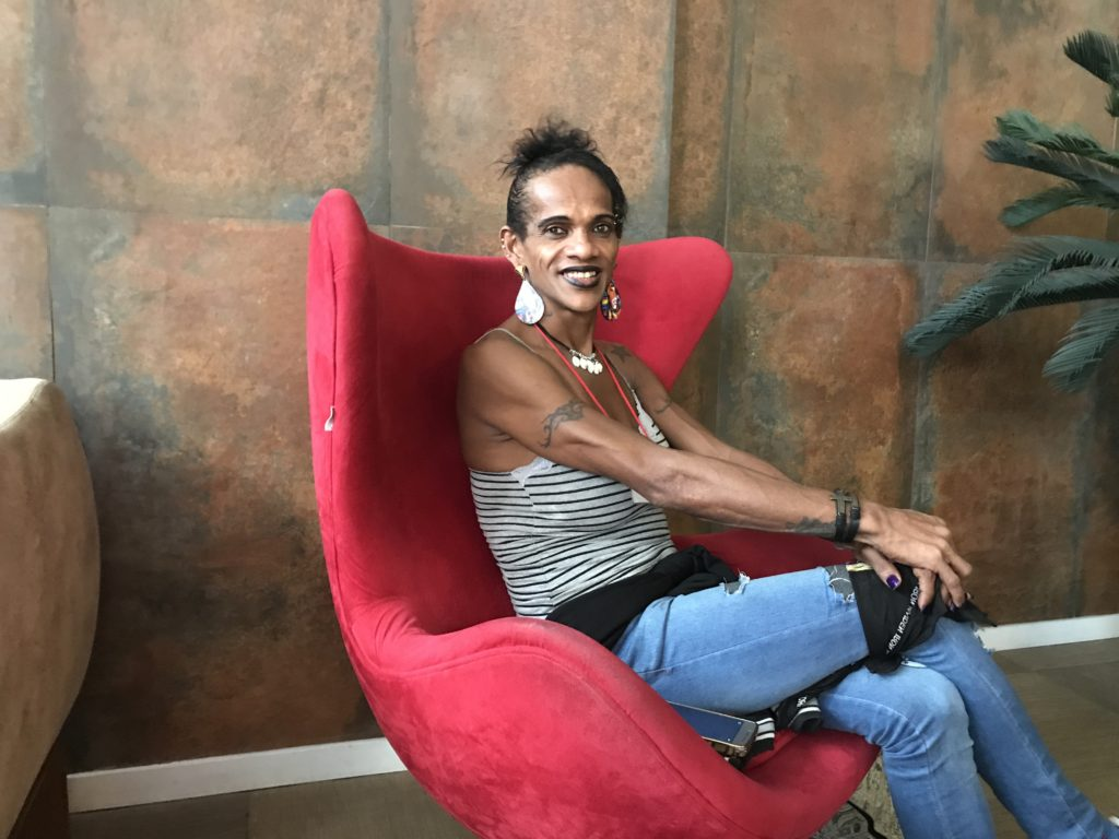 Auxiliar de limpeza trans conta como é a vida há 25 anos com HIV: 'Tome os medicamentos e viva a vida'