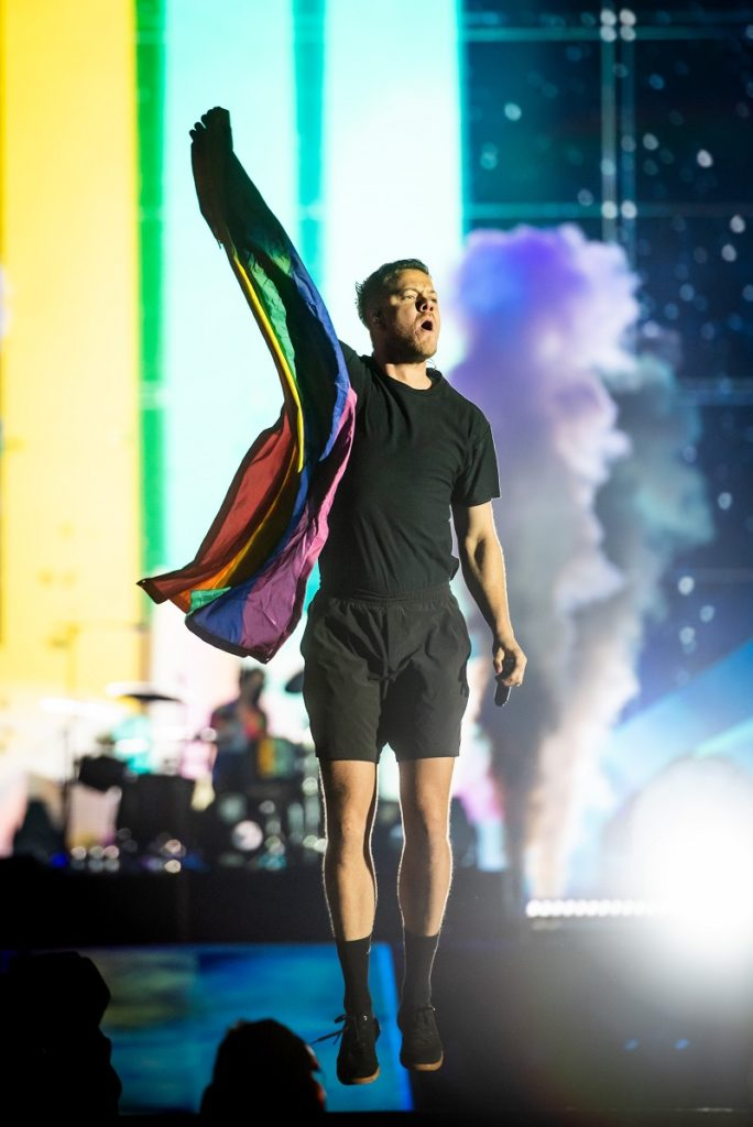 Crítico de Bolsonaro, Dan Reynolds abraça público LGBTI+ do Imagine Dragons no Rock in Rio