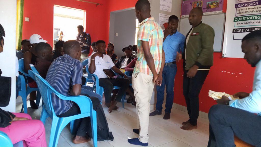 Horror em Uganda: 16 homens gays são presos e submetidos a exames anais